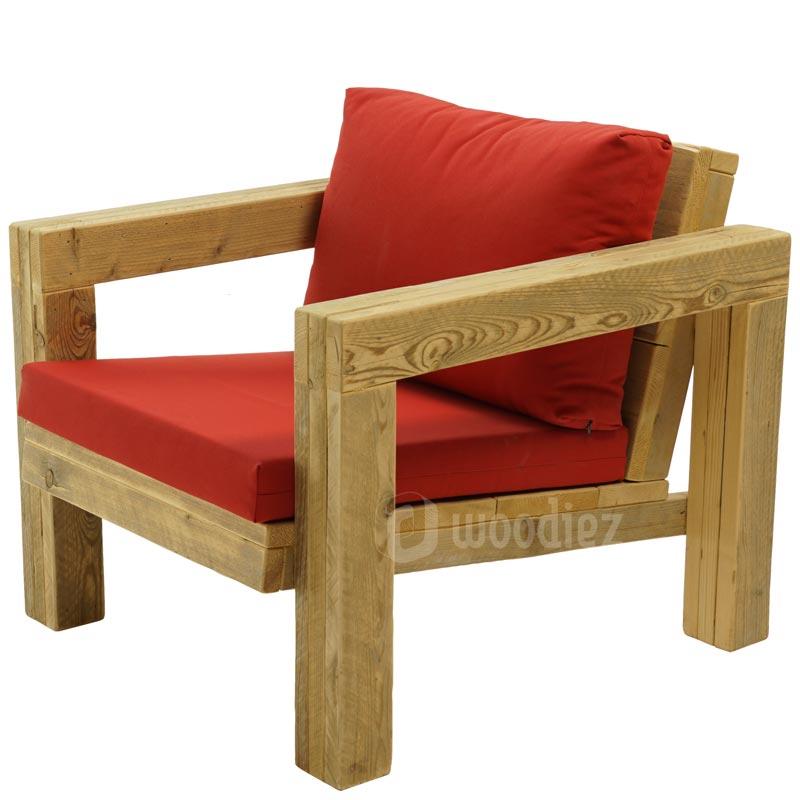 Design lounge stoel van steigerhout met rode plofkussens