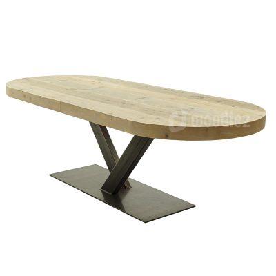 Industriële tafel met stalen onderstel en blad van steigerhout met afgeronde hoeken