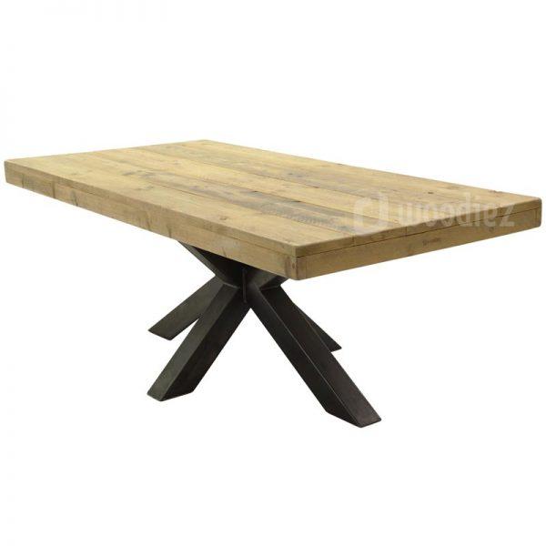 Industriële tafel huren van steigerhout met opvallende stalen middenpoot en robuust tafelblad