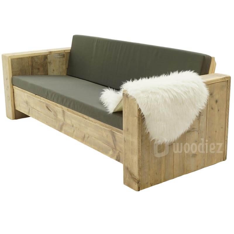 Steigerhouten loungebank met decoratie schapenvacht huren