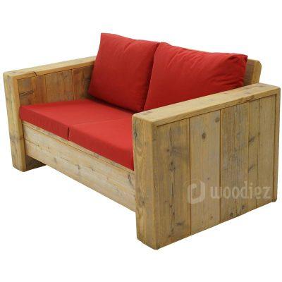Tweepersoons loungebank huren van steigerhout met rode plofkussens