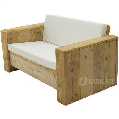 Tweepersoons loungebank huren van steigerhout met wit leren kussens