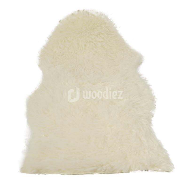Zachte witte schapenvachten huren om een ruimte knus aan te kleden