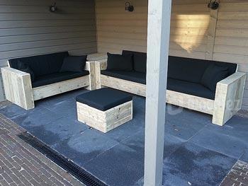 Chique steigerhouten loungebanken met hoektafel en hocker inclusief zwarte zitkussens en sierkussens