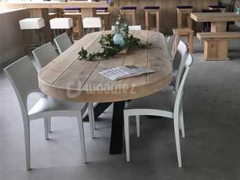 Industriële steigerhouten eettafel op maat ovaal robuust met design stoelen