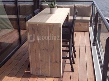 Kleine steigerhouten bar op een balkon op maat gemaakt modern en robuust