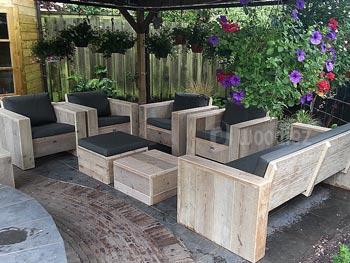 Loungeset van steigerplanken op maat kopen met loungestoelen en loungebank