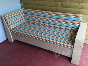 Steigerhouten loungebank op maat kopen modern met gestreepte kussens en liggedeelte
