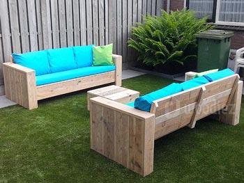Strakke steigerhouten loungebanken met blauwe kussens en hocker kopen