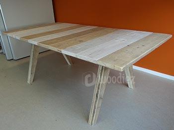 Unieke steigerhouten tafel op maat met schuine poten en dun blad