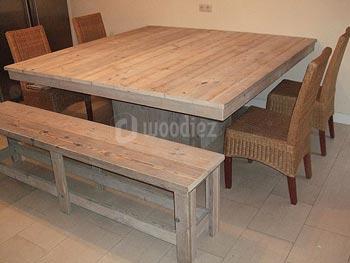 Vierkante steigerhouten tafel op maat met midden blokpoot en steigerhouten bank