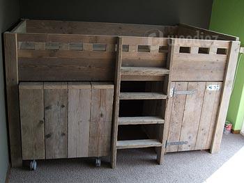Halfhoogslaper op maat van steigerhout met kastruimte en bureau