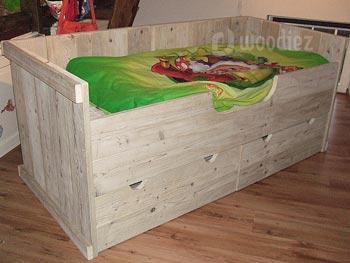 Hoog steigerhouten kinderbed op maat gemaakt met extra diepe lades