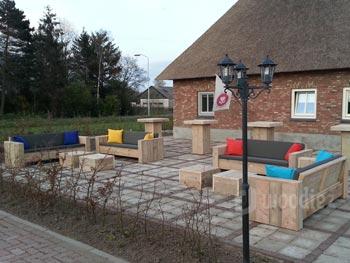 Horecameubels terras lounge meubilair met vrolijke kussens