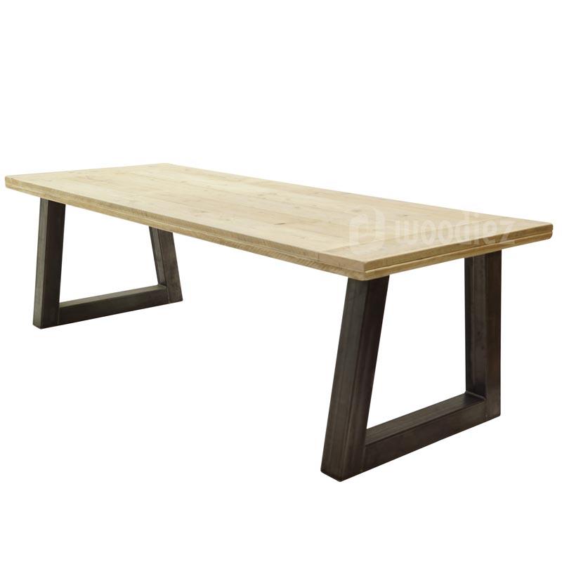 Industriële eettafel met trapeze poot en tafelblad van steigerhout op maat gemaakt
