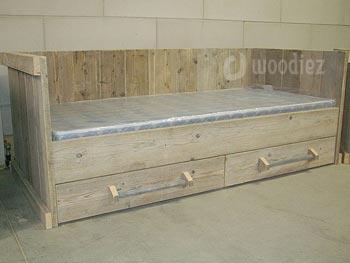 Kinderbed van steigerhout op maat gemaakt inclusief twee lades met buisgreep