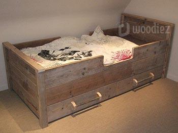 Leuk kinderbed van steigerhout met buisgrepen op maat gemaakt