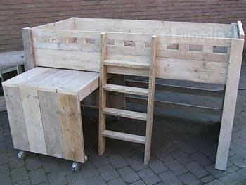 Maatwerk halfhoogslaper van steigerhout met trapje en uitschuifbaar bureau op wieltjes