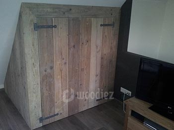 Mooie steigerhouten inbouwkast op maat