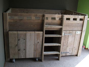 Op maat gemaakte halfhoogslaper met bureau van steigerhout