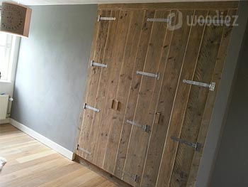 Robuuste steigerhouten inbouwkast op maat met scharnieren
