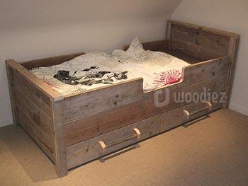 Steigerhouten bed op maat twee lades met buisgreep
