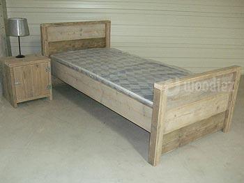 Steigerhouten blokbed met nachtkastje van steigerhout op maat gemaakt