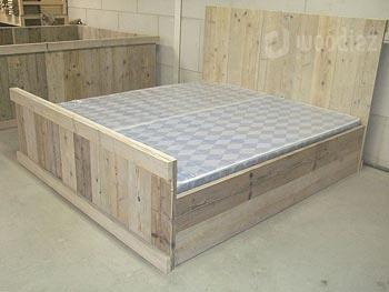 Steigerhouten tweepersoonsbed met hoog hoofdbord op maat gemaakt