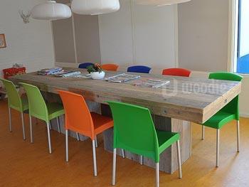 Steigerhouten wachtkamertafel op maat gemaakt met designstoelen