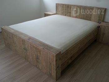 Tweepersoons steigerhouten bed blokbed met hoofdbord en nachtkastjes op maat