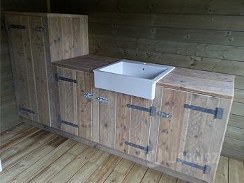 Buitenkeuken van steigerhout op maat met spoelbak en opbergruimte