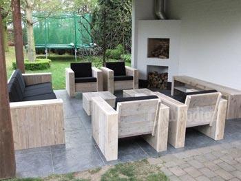 Complete steigerhouten loungeset met robuuste loungestoelen en loungebank