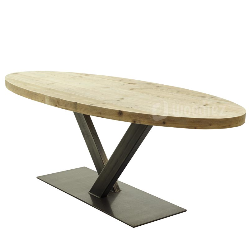 Ovale tuintafel met stalen onderstel en ovaal steigerhouten tafelblad op maat gemaakt