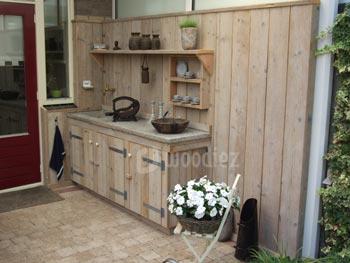 Mooie steigerhouten buitenkeuken op maat met steigerhouten schutting en planken