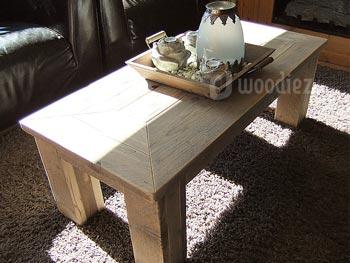 Rechthoekige steigerhouten salontafel met tafelblad in verstek en robuuste blokpoten