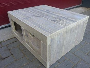 Robuuste en stoere steigerhouten salontafel op maat met lade en open vak