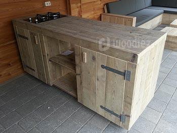 Robuuste steigerhouten buitenkeuken op maat met legplanken en deurtjes