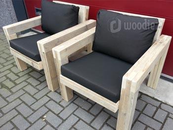 Robuuste steigerhouten loungestoelen op maat met zwarte plofkussens
