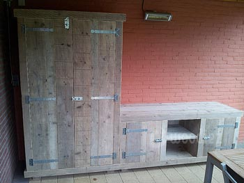 Steigerhouten buitenkeuken op maat met grote opbergkast en legplanken