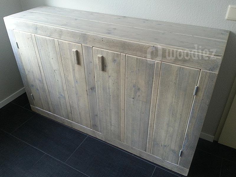 Steigerhouten dressoir met strakke handgrepen en robuust uiterlijk