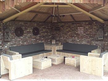 Steigerhouten loungeset met hoektafel en hockers op maat gemaakt
