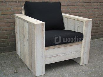 Stevige en stoere steigerhouten loungestoel op maat met zwarte plofkussens