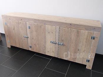 Strak en robuust steigerhouten TV-meubel op maat met scharnieren en schuifslot