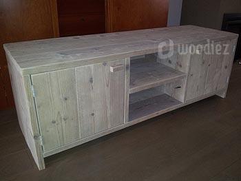 Strakke TV-kast op maat gemaakt met deurtjes en ruimte voor apparatuur